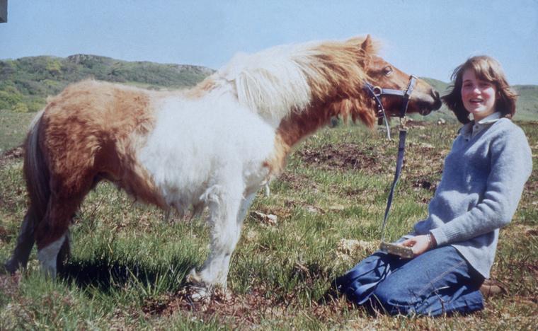 Ő itt Scuffle a póni, aki éppen puszit ad a 14 éves Dianának