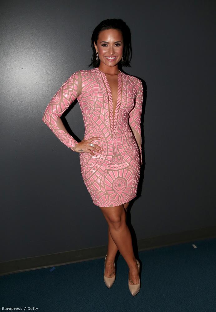 Demi Lovato pedig mielőtt színpadra lépett, megmutatta, hogy széles csípőjét bármelyik Kardashian megirigyelhetné