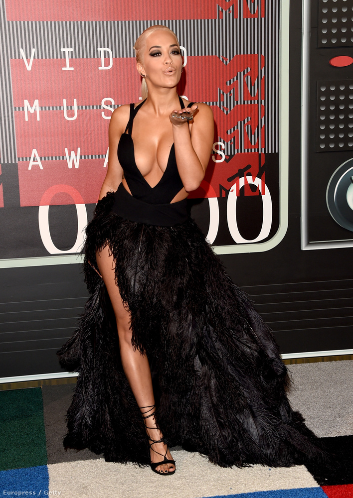 Rita Ora pedig harcba ment a legjobb dekoltázsért