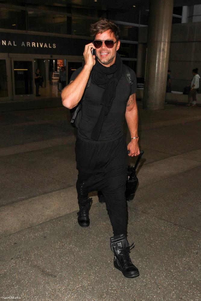 Mivel Ricky Martin már nem az a celeb, aki minden nap megmutatja magát, így most, hogy lefotózták őt a Los Angeles-i reptéren, jól rá lehet csodálkozni a külsejére.