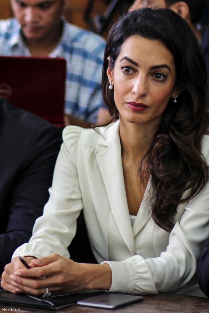 Amal Clooney amellett, hogy szép volt, az egyik vádlott ügyvédjeként vett részt az al-Dzsazíra tévétársaság újságíróii elleni perben