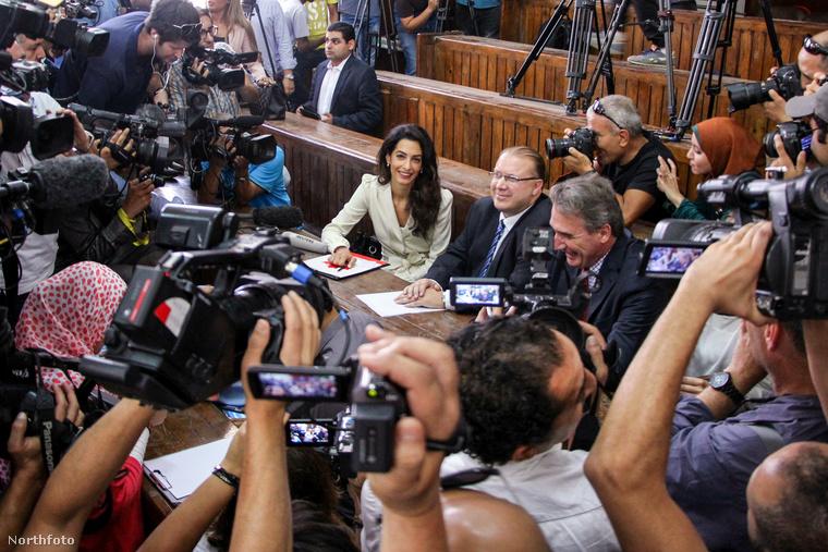 George Clooney emberi jogi ügyvéd felesége, Amal Clooney még munka közben is csodásan fest, akkor is, ha nem tudta kimenteni az al-Dzsazíra Egyiptomban perbe fogott újságíróit, akiket három év börtönbüntetésre ítéltek.