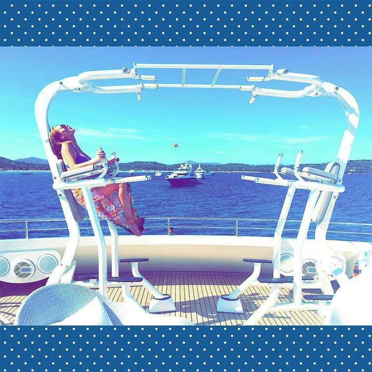 Lényeg a lényeg, hogy Lindsay Lohannek eléggé bejött az élet, mert egészen jót nyaralgat olasz pasijának hajóján, miközben olasz pasija jól láthatóan a közelben sincs