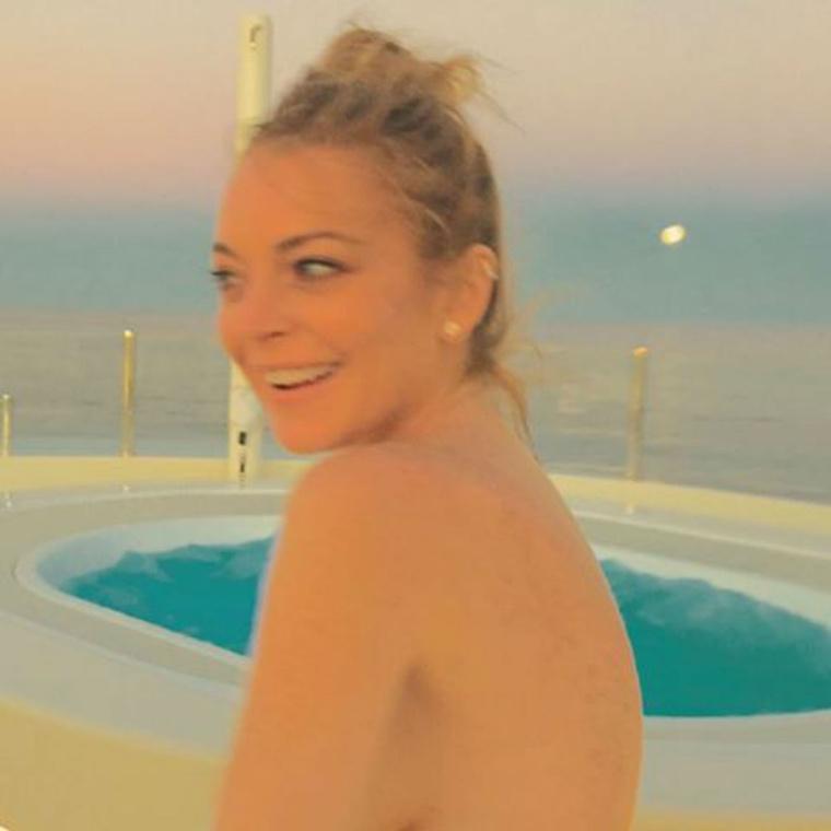 Lindsay Lohan egyszál bikiniben (vagy anélkül, ki tudja) tekereg az olasz divattervező, Francesco Scognamiglio hajóján