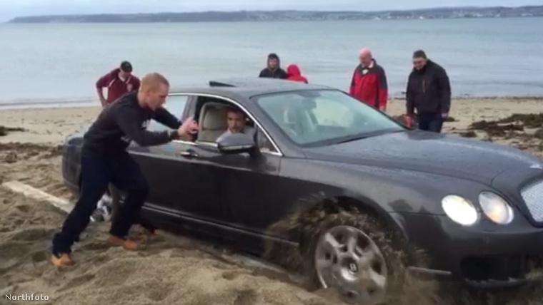 Ő bizony a hét lúzere, Bentley-jét csak egy traktor tudta kihúzni a homokból.
