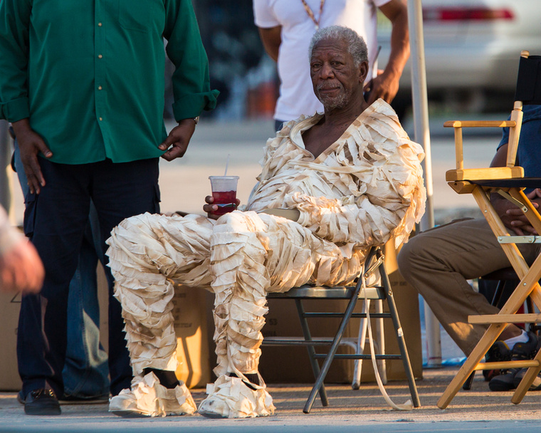 Percekig bámultuk ezt a képet a múmiajelmezes Morgan Freemanről, aki éppen szünetet tartott forgatás közben.