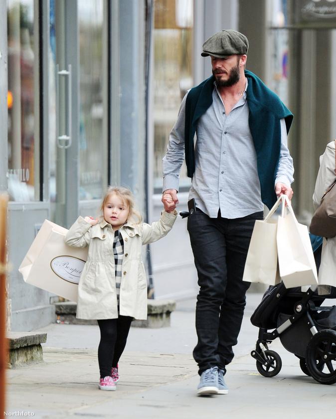 A Beckham család persze kihagyhatatlan ebből az összeállításból, a képen a legkisebb gyerekük, Harper látható olyan kabátban, hogy mindjárt megőrülünk.
