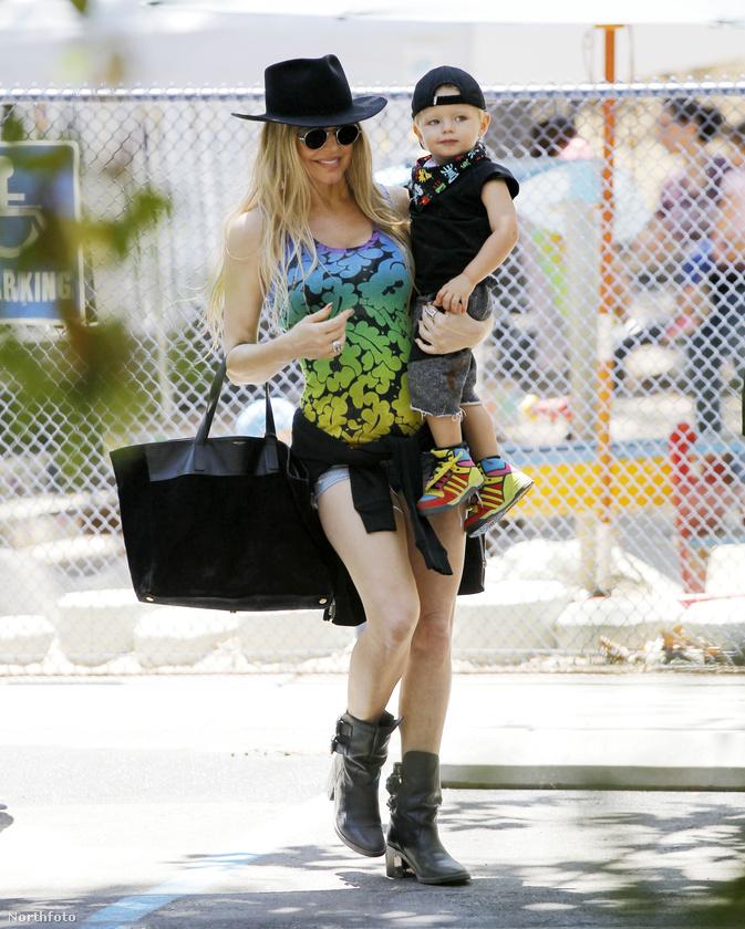 Tudjuk, hogy ezen a képen nagyon nehéz nem csak Fergie-t bámulni, de kisfia cipője és sála is ér azért pár szót.
