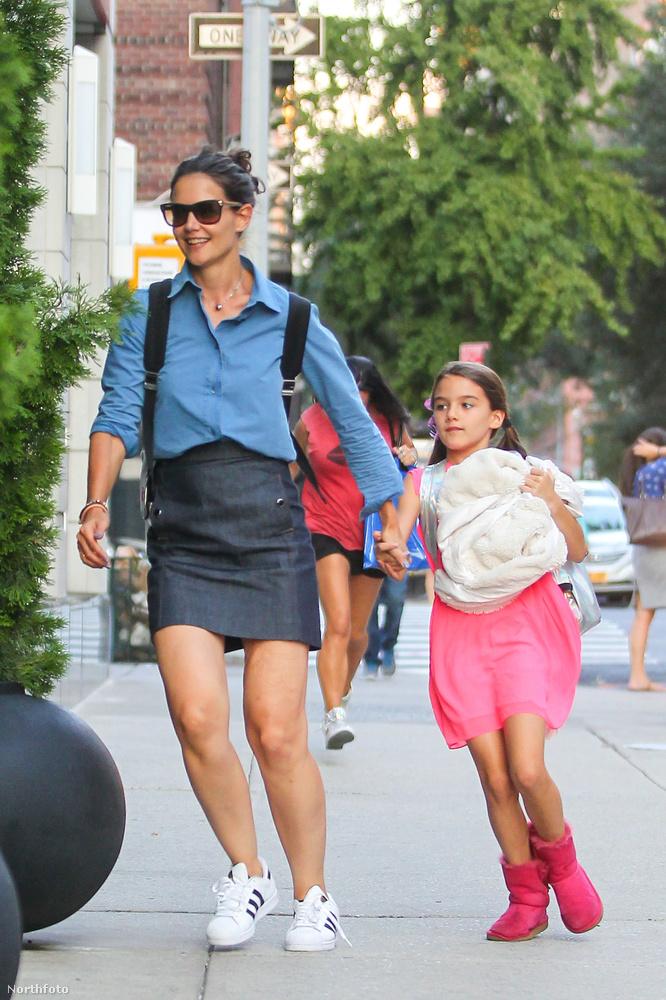 Katie Holmes kislánya is csecsemőkorától divatikon, a fotók alapján kiskorában ez egyáltalán nem érdekelte, de a fejünket tesszük rá, hogy már rég saját magának választja ki a ruháit, és elég jól csinálja.