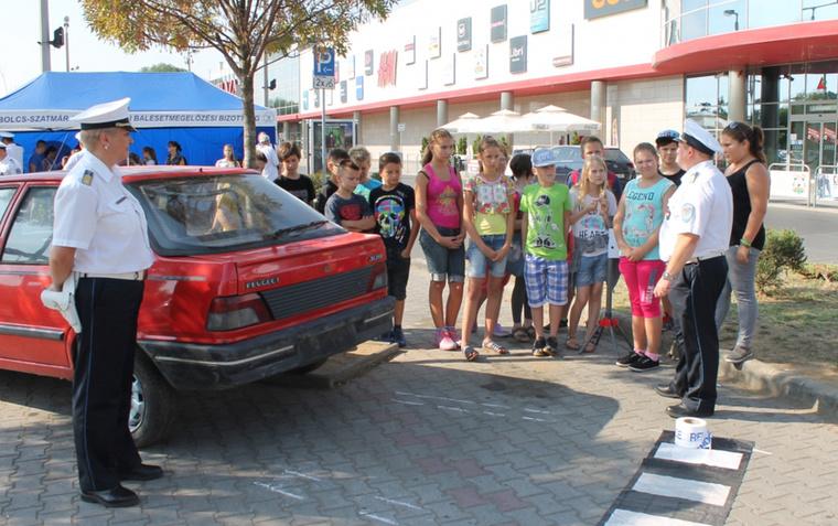 Nyíregyházán meg a tanévkezdés kapcsán szimulált helyszíneken tartottak baleset-megelőzési oktatást iskolásoknak, méghozzá a Szabolcs-Szatmár-Bereg Megyei Rendőr-főkapitányság közlekedésrendészeti állományának szervezett balesethelyszínelői versenyen.