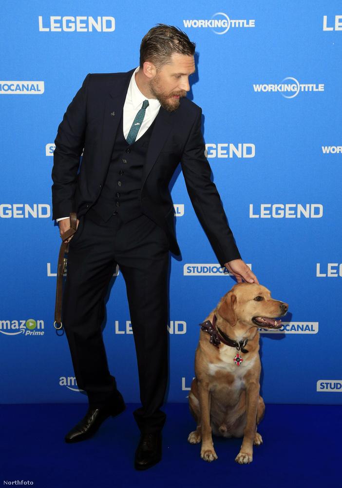 Ahogy a kutyájuk is, aki végig ott volt a színész mellett a bemutatón.