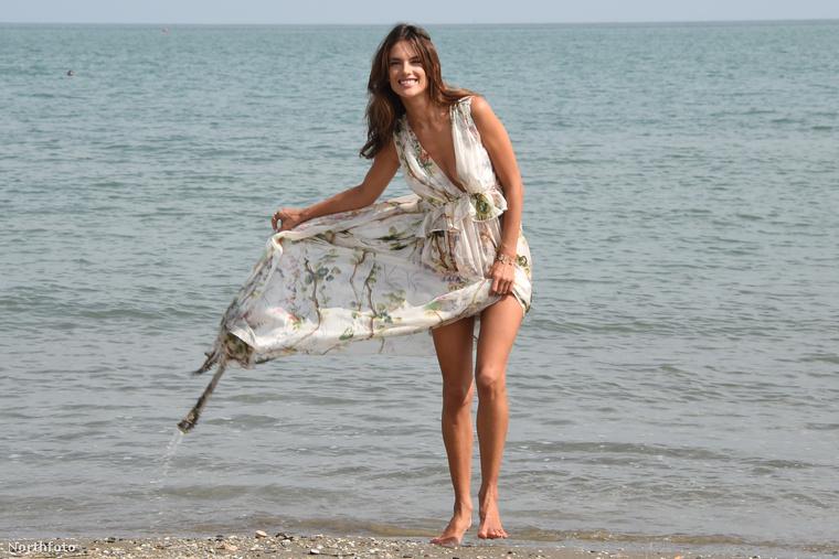 Kis kitérő még: Alessandra Ambrosio talán a világ legkevésbé spontán modellje, itt éppen egy laza, már-már kötetlen tengerparti fotózáson vesz részt
