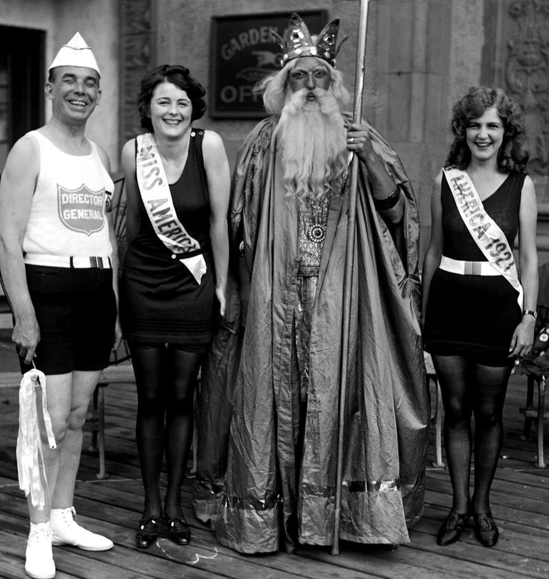 A következő évben is indult (jobbszélen), de akkor már nem ő nyert, hanem Mary Catherine Campbell, aki a másik nő a képen.