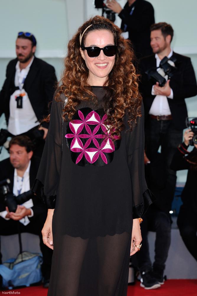 Yael Abecassis színésznőt kell még megemlítenünk: egyrészt, mert ő a főszereplő, másrészt pedig, mert a félig átlátszó ruhájára szemből ráragadt egy terítő.