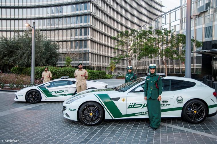 Ezen a képen pedig a Ferrari FF mellett egy Lamborghini Aventado parkol