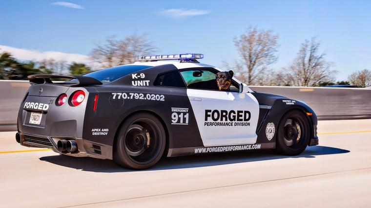 Bár a fotó alapján ez a Nissan GT-R határozottan úgy tűnik, mintha egy rendőrautó lenne, valójában csak külsőleg olyan