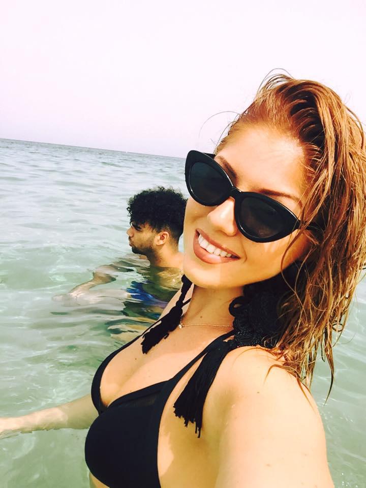 Tolvai Renáta énekesnő mondjuk pont indokoltan viselt kevés ruhát, mert ő éppen Cipruson nyaral