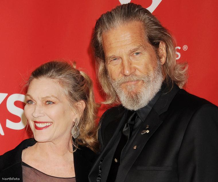 """Jeff Bridges sárkányeregetéshez hasonlította a kapcsolatát a feleségével, Susan Gestonnal, akivel már 37 éve együtt vannak: """"A feleségem kezében van a zsinór, amivel elenged, hogy repüljek, de aztán mindig visszahúz magához."""""""
