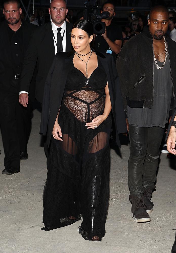 Kim Kardashian úgy érezte, egyre növekvő hasát jó ötlet egy átlátszó csipkébe öltöztetni, ami alatt egy kis rövidnadrág van csak.