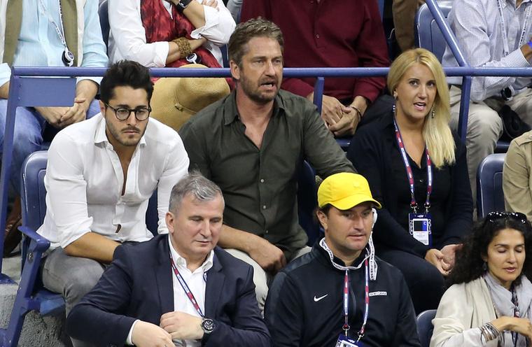 Gerard Butler valószínűleg tényleg szereti a teniszt, ellentétben a mellette ülő úrral, akiről sajnos szintén nem tudjuk, kicsoda,