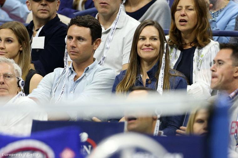 Hilary Swank mosolyog, a férje unatkozik
