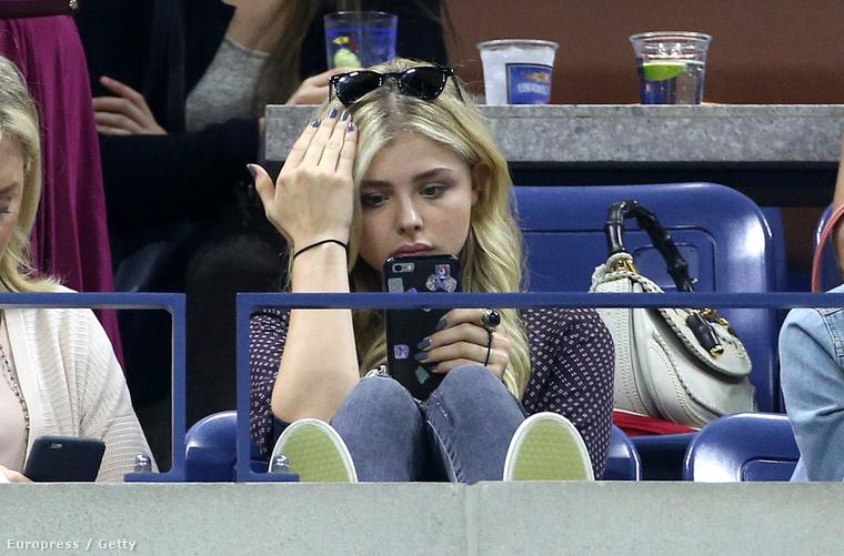 Chloe Grace Moretz inkább a telefonját nézegette