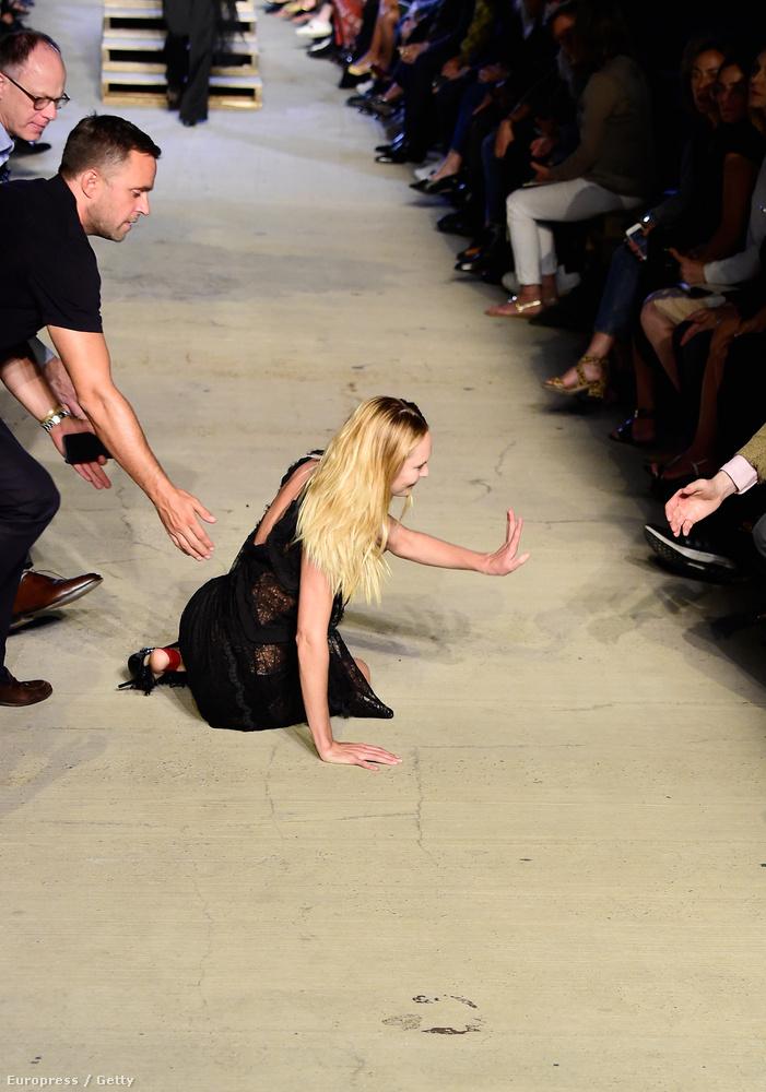 mivel nagyon magas volt a cipője sarka, és egy kicsit ingatag lépcsőn kellett átmennie a Givenchy-bemutatón.