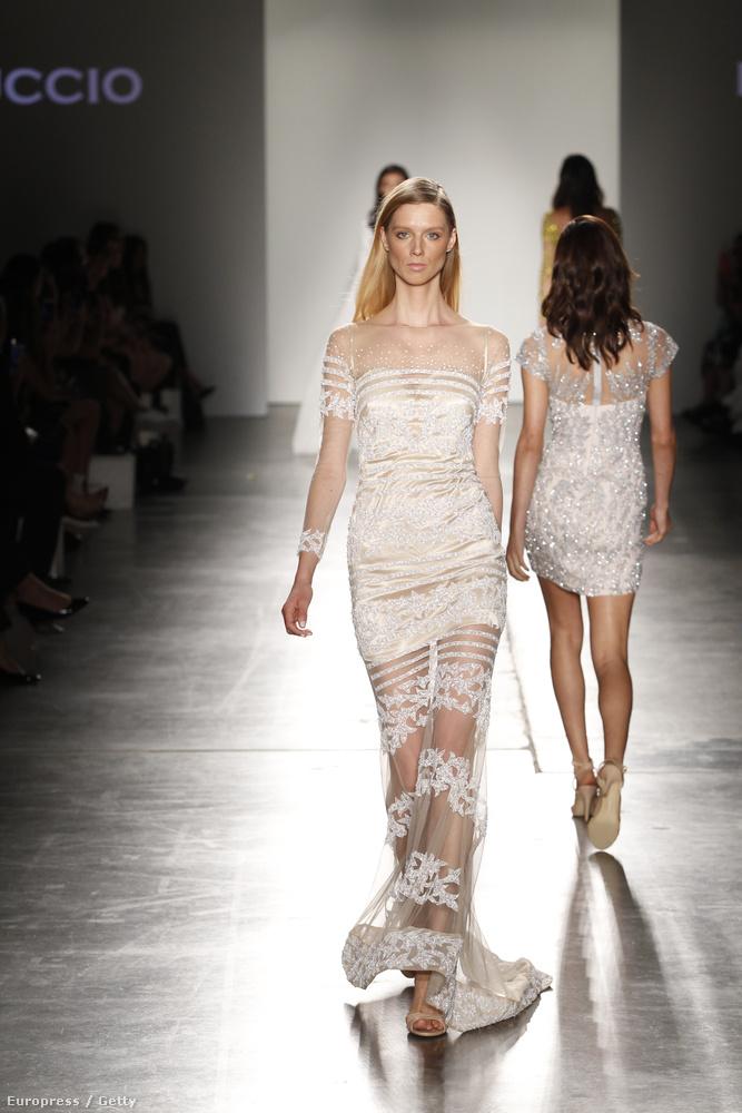 Igen, ebben a kollekcióban többször is előfordul az a megoldás, hogy a miniszoknya fölött egy fátyolréteg takarja csak a lábakat