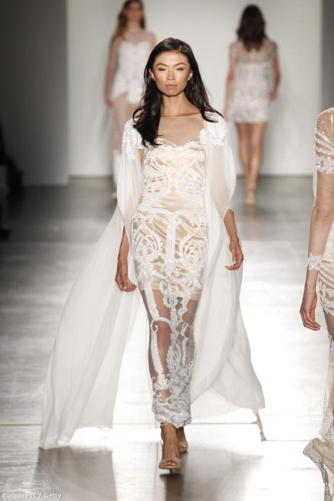 Ez az a kép/ruha, amit hosszasan lehet nézegetni, ha az embernek van kedve találgatni, hogy van-e egyáltalán bugyi a menyasszonyon