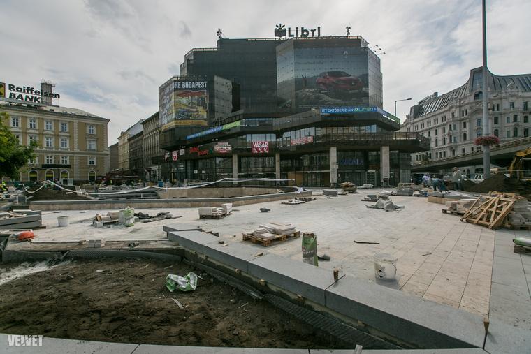 Több jó dolog is történik majd: eltűnik a túl hangsúlyos lépcső és a tér nagy része egy síkba kerül majd az utcaszinttel.