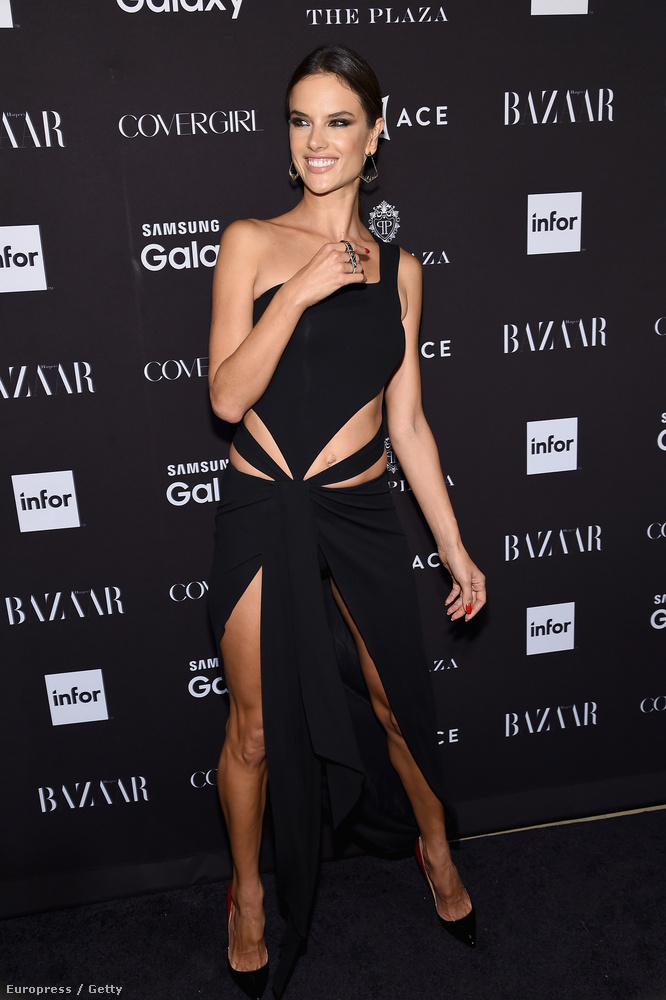 Alessandra Ambrosio már nem kaphatott volna összevágottabb ruhát