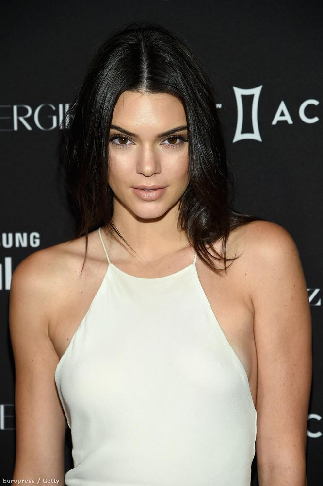 Ha jól figyel, észreveheti Jenner mellbimbó piercingjét