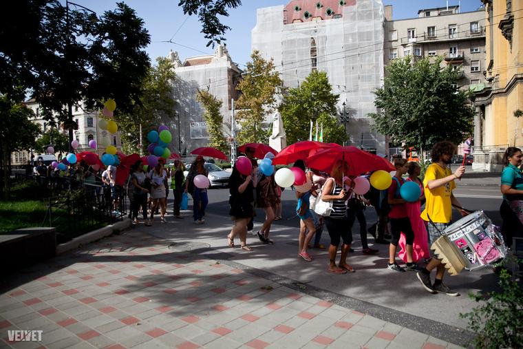 A piros esernyő világszerte a prostituáltak jelképe, először a velencei prostituáltak használtak 2001-ben, a Velencei Biennálé keretében tartott Szexmunkások Első Világkonferenciája címen