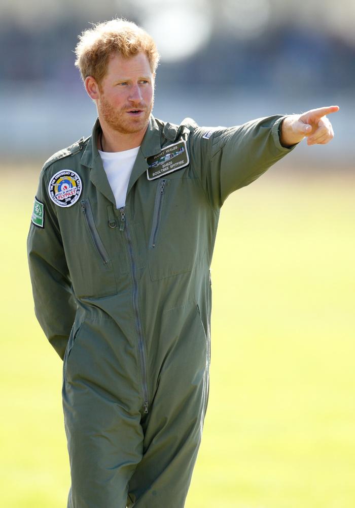 Harry herceg szakállt növesztett                          az arcára, és milyen jól tette, ez is, és a kor is jól áll a még nőtlen hercegnek