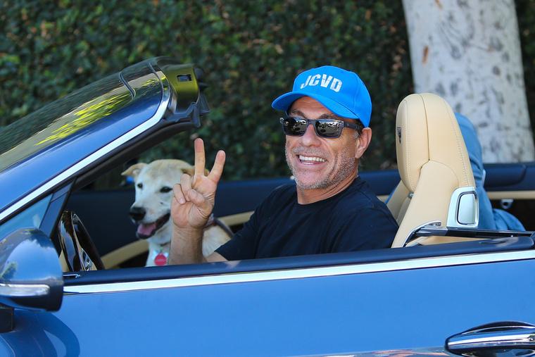 Jean-Calude Van Damme és a kutyája így utaztak együtt                          Hollywoodban