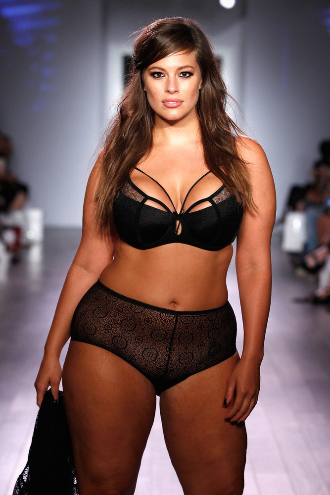 A plus size modell, Ashley Graham látható a fotón, a New York-i divathéten                          ő is végigvonult a kifutón.