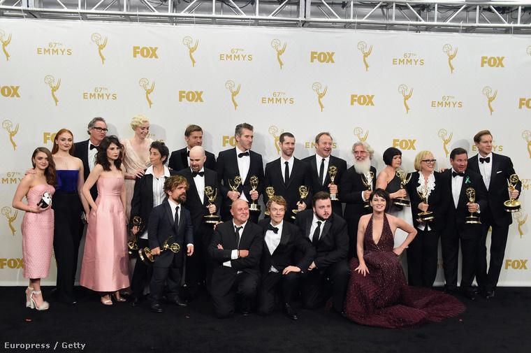 Természetesen muszáj voltunk idetenni a legjobb drámasorozat díját elnyert Trónok harca-stáb csoportképét is.
