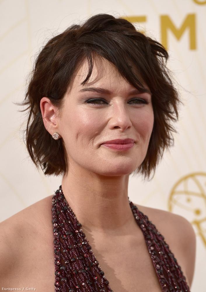 A következő képeken Lena Headey színésznőt láthatják, aki azért ment el a 2015-ös Emmy-díjkiosztóra, mert a Trónok harca című sorozatot, amelyben fontos szerep az övé, díjazták