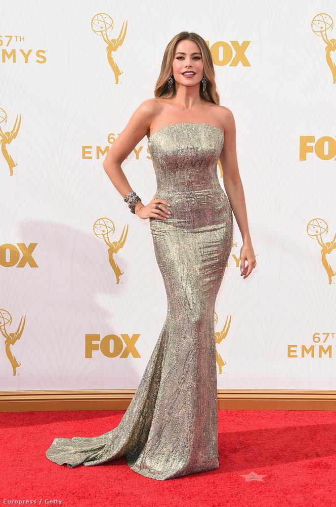Sofía Vergara kivételesen nem szupermély dekoltázzsal, hanem egy rendkívül feszes ruhában érkezett meg vasárnap éjjel a legjobb tévésorozatokat díjazó Emmy-gálára.