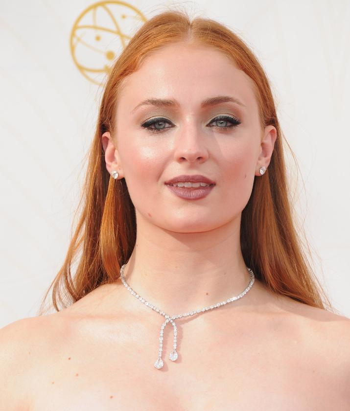 Filmbéli testvére, a Sansát alakító Sophie Turner is igyekezett dögösködni.