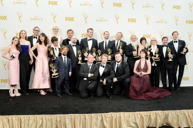 A sorozat ugyanis rekordot döntött: a stáb a korábbi, technikai díjak mellett a legkiválóbb drámasorozat, a legjobb férfi mellékszereplő, a legjobban megírt forgatókönyv és a legjobban rendezett epizód díját is elnyerte.