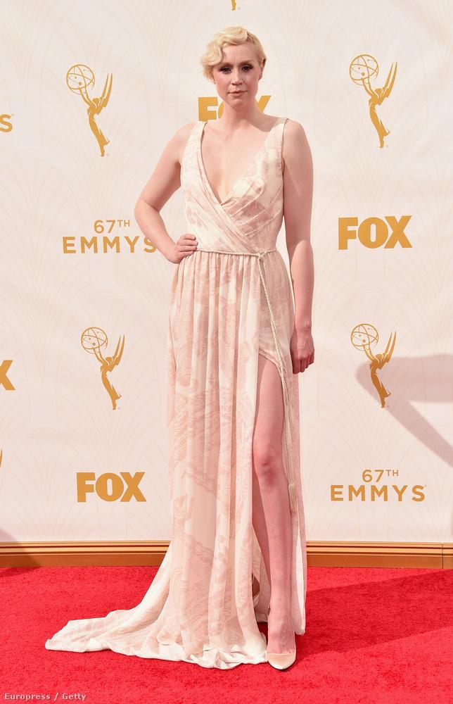 És vissza még egy fotó erejéig a nyitóképen látott Gwendoline Christie-re, egyszerűen csak azért, mert sokszor csinos, de ilyen dögösnek még nem láttuk.