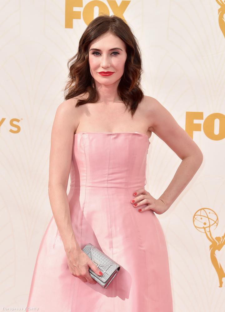 Meg kell még említenünk a Melisandrét alakító Carice Van Houtent is, mégpedig azért, mert a sorozatban kizárólag vörösben látható, de itt még a haja is barna.