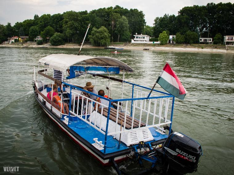 A partról rendszeresen indul hajó, pár száz forintért a szigetre visz.