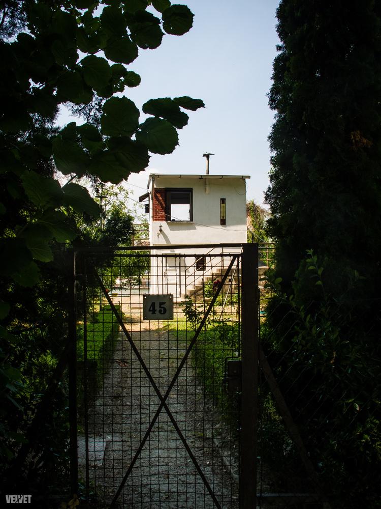 A házak többsége magas lábakon áll, és nem közvetlenül a parton van.