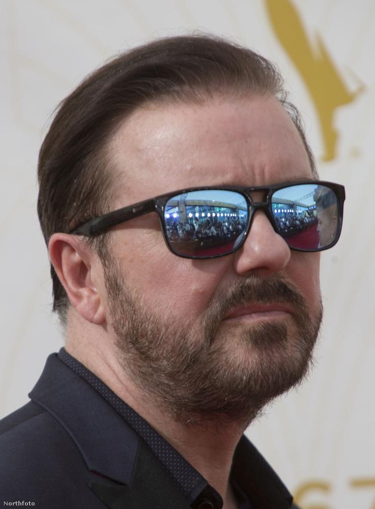 Ricky Gervais arcáról leolvasható, hogy a fotósok fehér ingben dolgoznak.