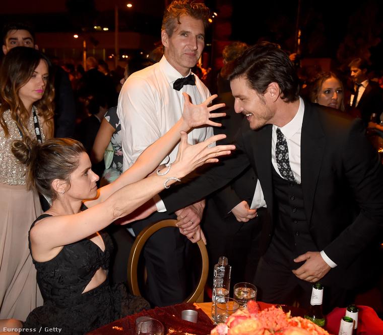 Pedro Pascal színész itt Amanda Peet színésznőt üdvözli, amit a Trónok harca egyik készítője, David Benioff kommentál.