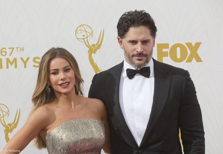 Sofía Vergarával és Joe Manganiellóval kezdjük az idei Emmy-kiosztón megjelent párok bemutatását