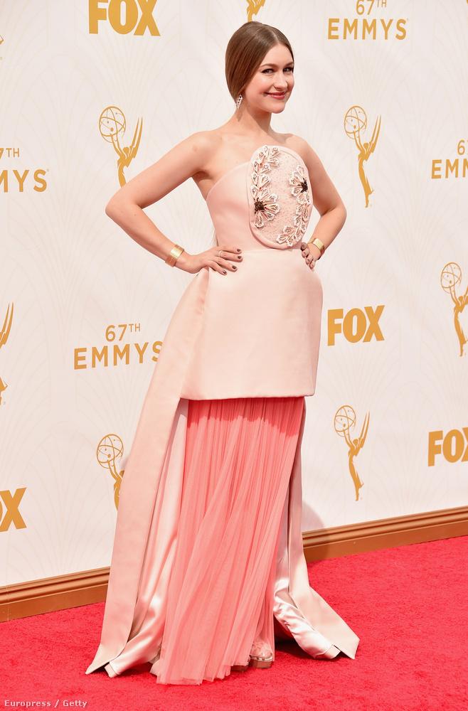 Joanna Newsom férje, Andy Samberg révén volt meghívva az Emmyre, bár ő maga is színészkedik alkalomadtán, miközben alapvetően zenész-hárfaművész