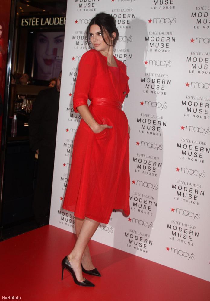 Kendall Jenner ebből a szögből nézve egy klasszikus, gyönyörű piros ruhát viselt a Macy's Herald Square-en